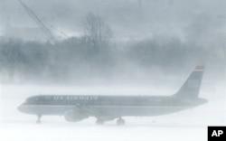 Un avion de US Airways bloqué par la neige à l'aéroport de Philadelphie
