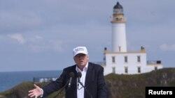 Donald Trump visita dos campos de golf de su propiedad en Escocia.
