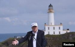 Cumhuriyetçi Parti'nin Başkan adayı Donald Trump lüks bir golf merkezinin açılışı için İskoçya'da