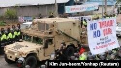 Sebuah kendaraan militer A.S. yang merupakan bagian dari sistem Terminal High Altitude Area Defense (THAAD) tiba di Seongju, Korea Selatan, 26 April 2017.