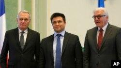 Ngoại trưởng Pháp Jean-Marc Ayrault, Ngoại trưởng Ukraine Pavlo Klimkin và Ngoại trưởng Đức Frank-Walter Steinmeier chụp hình tại buổi họp báo ở Kiev, Ukraine, ngày 23/2/2016.