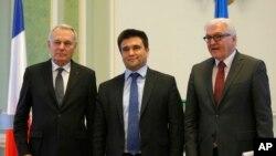 Menlu Ukraina Pavlo Klimkin (tengah) bersama Menlu Perancis dan Menlu Jerman seusai konferensi di Kyiv, Ukraina, 23 Feb 2016