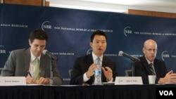 2일 미국 워싱턴DC에서 '핵시대 2기를 맞이한 아시아'라는 제목의 종합 연구보고서 발표회가 열린 가운데, 존 박 하버드 대학 벨퍼과학 국제문제센터 연구원(가운데)이 보고서의 한반도 부분을 발표하고 있다.