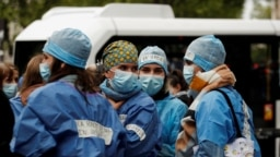 Perawat Unit Perawatan Intensif (ICU) yang mogok berkumpul di depan Kementerian Kesehatan Perancis di Paris, menuntut pengakuan yang lebih baik atas pekerjaan dan kenaikan gaji mereka di tengah wabah COVID-19 di Perancis, 11 Mei 2021. (Foto: : REUTERS/Ben