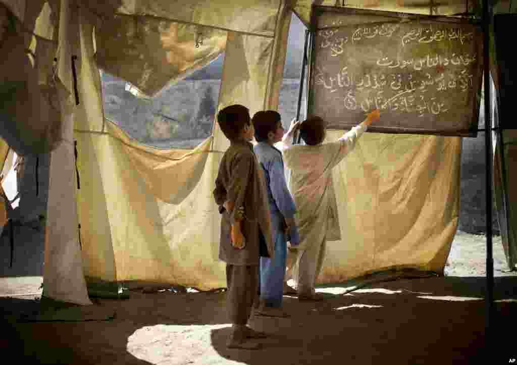 Afganistanski dječaci u improviziranoj školi u selu Budyali u provinciji Nengarhar.