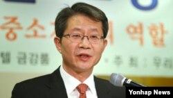 류길재 한국 통일부 장관이 6일 서울에서 열린 우리은행 초청 특강에서 한반도 통일시대 방향과 중소기업의 역할 및 전략을 주제로 강연을 하고 있다.