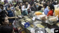 Suasana di suatu pasar tradisional di Jakarta (foto: dok). Para pengamat menilai pemerintah tidak berdaya mengatasi masalah pangan di Indonesia, baik terkait penyediaan bahan pangan maupun pengendalian harga.