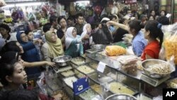 Suasana di pasar tradisional Indonesia menjelang hari raya Idul Fitri (Foto: dok).