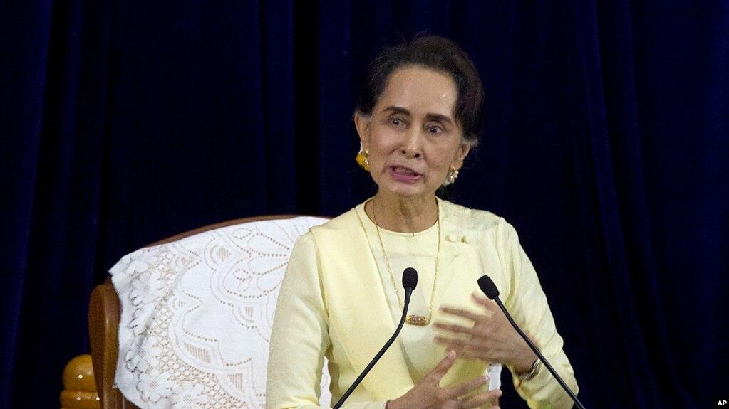 缅甸领导人昂山素季于2018年8月28日在仰光大学与大学生的扫盲会谈中发表讲话。