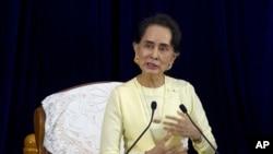 緬甸領導人昂山素姬於2018年8月28日在仰光大學與大學生的掃盲會談中發表講話。