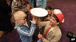 一个有视觉障碍的男孩在欣赏大苹果马戏团的节目
