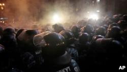 烏克蘭警察衝擊首都基輔市中心的一個抗議者營地,與反政府示威者發生衝突