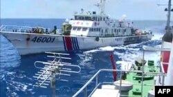 Bức ảnh trích từ video của tàu Tuần duyên Việt Nam 2016 cho thấy tàu Tuần duyên Trung Quốc 46001 đuổi theo tàu của Việt Nam gần địa điểm giàn khoan trong vùng biển tranh chấp ngoài khơi duyên hải Việt Nam