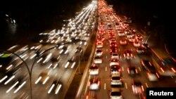 巴西85%的城市人口正在积极举措实现公共交通。照片显示圣保罗典型的交通堵塞。