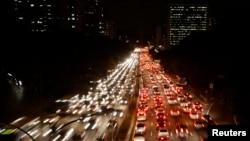 ບຣາຊິລ ທີ່ມີປະຊາຊົນອາໄສຢູ່ໃນເຂດເທສະບານ ເພີ້ມຂຶ້ນ 85 ເປີເຊັນນັ້ນ ໄດ້ທຳການເຄື່ອນໄຫວ ຢ່າງຂຸ້ນຂ້ຽວ ເພື່ອຈັດຕັ້ງ ປະຕິບັດ ລະບົບຂົນສົ່ງສາທາລະນະ. ຮູບທີ່ເຫັນນີ້ ແມ່ນການຈະລາຈອນ ທີ່ແອອັດ ຢູ່ເມືອງ Sao Paulo.