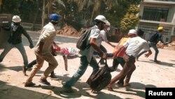 မွတ္တမ္းဓါတ္ပံု- မတ္လ ၁၁ ရက္ေန႔က ဆႏၵျပသူမ်ားကို ၿဖိဳခြဲစဥ္ ဒဏ္ရာရသူတဦးအား သယ္ေဆာင္ေ