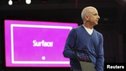 Pimpinan Perusahaan Windows dan Divisi WIndows Live, Steven Sinofsky mempresentasikan komputer tablet Surface di Los ANgeles, California (18/6).