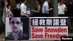 在香港闹市中环地区,有悬挂支持斯诺登的横幅。