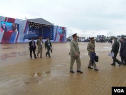 巴基斯坦陸軍司令沙里夫(前排左一)在武器展上(美國之音白樺)