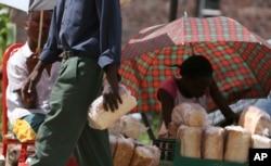 Qara bazarda bir çörəyin qiyməti 15 milyon Zimbabve dollarıdır. 26 mart, 2008. Həmin vaxt Zimbabve valyutası 100,000 % inflyasiyaya uğramışdı.