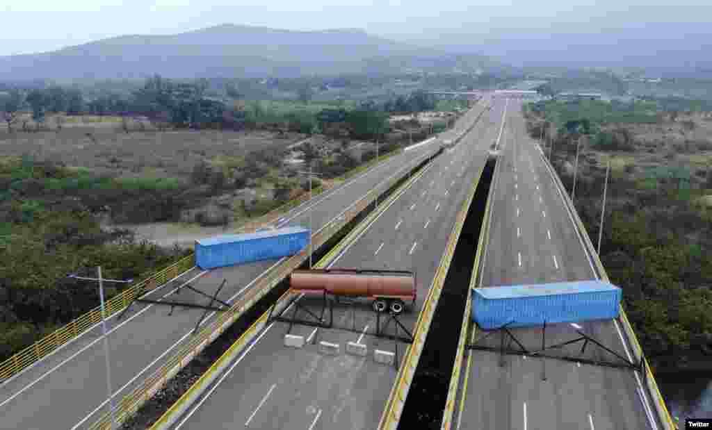 وزیر خارجه آمریکا با انتشار این عکس روی توئیتر خود، می گوید رژیم مادورو با بستن جاده ها، مانع کمک های انسان دوستانه به مردم ونزئلا شده است.