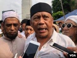Eggy Sudjana memberikan keterangan kepada awak media, di depan kantor Bawaslu RI, Jakarta, Kamis (9/5) (VOA/Ghita).