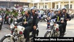 Cuộc xuống đường trấn áp nạn cướp giật ở thành phố diễn ra gần nửa tháng sau khi Bí thư thành ủy Đinh La Thăng làm việc với công an.