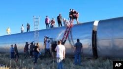 در تصویر، مردم حاضر در محل حادثه خروج قطار از ریل در شمال ایالت مونتانا، در حال کمکرسانی هستند؛ شنبه ۳ مهر ۱۴۰۰