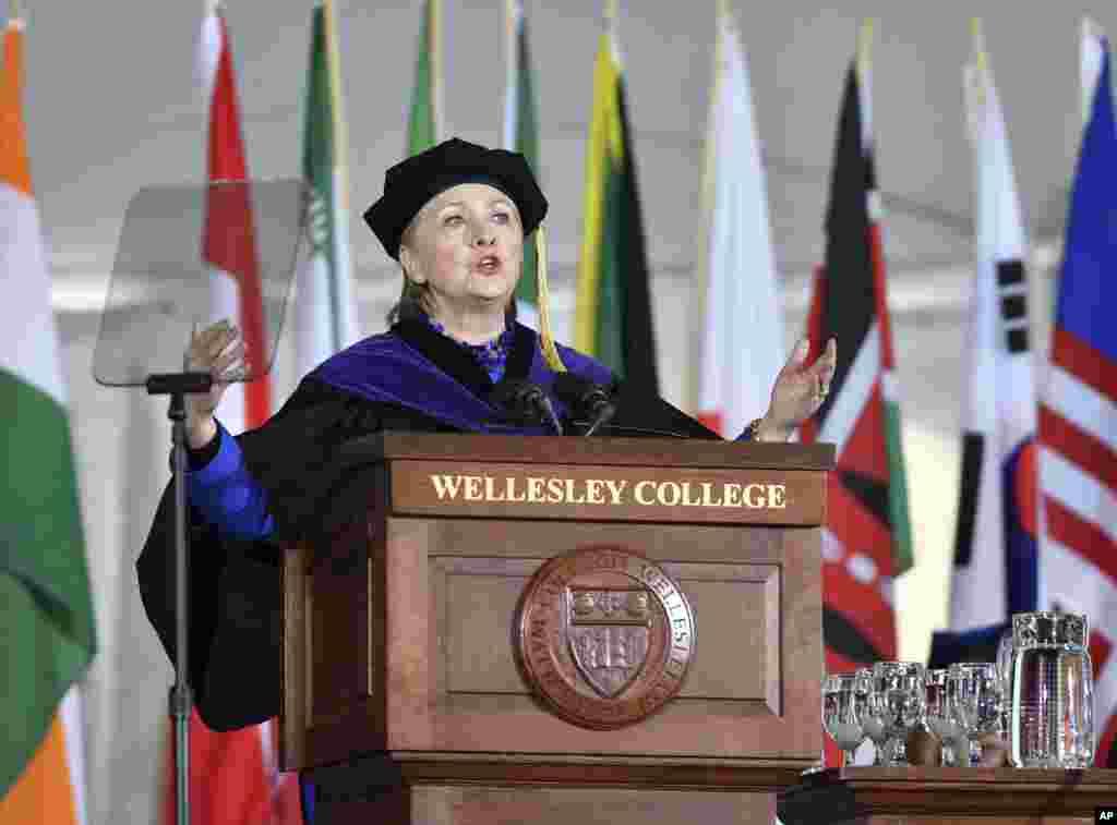L'ancienne secrétaire d'État, Hillary Clinton, diplômée de l'école en 1969, prononce un discours d'ouverture de l 'année au Wellesley College, à Wellesley, Massachusetts, 26 mai 2017.
