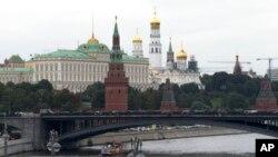 """Điện Kremlin có liên hệ chăt chẽ với nhóm tin tặc Nga """"Fancy Bear"""" can thiệp vào cuộc bầu cử tổng thống Mỹ 2016, theo AP."""