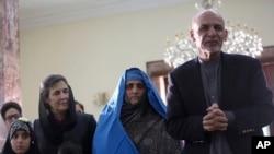 شربت گلہ افغان صدر اشرف غنی کے ہمراہ