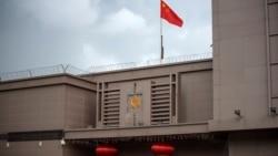 Bendera China berkibar di Konsulat China di Houston, Texas, 22 Juli 2020.