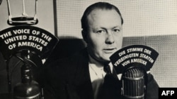 Voditelj Glasa Amerike Robert Bauer 1942. godine. Prve emisije Glasa Amerike bile su na nemačkom jeziku.