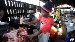 Nghiên cứu mới của Viện Nghiên cứu Gia súc Quốc tế ILRI công bố cho thấy sữa và thịt ở những phiên chợ truyền thống này thường tươi hơn và an toàn hơn so với các siêu thị kiểu Tây phương ở Phi Châu.