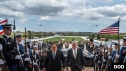 馬蒂斯2018年4月23日接待泰國防長時見記者(美國國防部照片)
