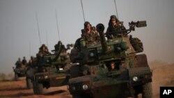 Колонна бронетехники франзузской армии на окраине города Севаре, Мали. 23 января 2013 года
