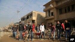 داعش کے جانے کے بعد موصل میں رضاکار شہر کی صفائی کررہے ہیں۔ 30 جنوری 2017