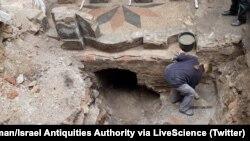 بقایای موزائیک مرمری اطراف «بیما» - کنیسه کبیر ویلنا، ویلنیوس، لیتوانی. عکس از: جان سلیگمن/ اداره آثار باستانی اسرائیل