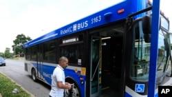 Người tị nạn Syria Ahmad Alabood lên xe buýt để đến lớp học tiếng Anh ở Dịch vụ Cộng đồng Della Lamb ở thành phố Kansas, ngày 13 tháng 6 năm 2016.