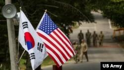 驻韩美国军营里的美韩国旗(美国陆军2016年8月23日照片)