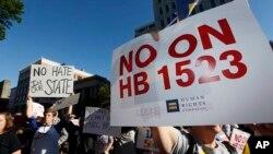 抗议者呼吁密西西比州州长否决1523法案