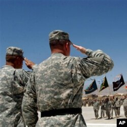 Lever de drapeau à la base américaine de Bagram, au nord de Kaboul