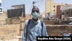 Les Sénégalais toujours scotchés à leurs masques comme l'entraineur Abdoulaye Diop, à Dakar, le 3 mars 2021. (VOA/Seydina Aba Gueye)