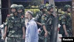 Bölge başkenti Urumçi'nin büyük çarşısında devriye gezen Çinli güvenlik güçleri