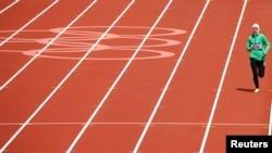 Pelari Sarah Attar dari Arab Saudi saat bertanding di nomor 800-meter putri di Olimpiade London 2012. (Reuters/David Gray)