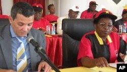 Rui Falcão, secretário de Informação do MPLA, sentado à esquerda (VOA/Foto Arquivo)