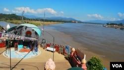 著名的金三角过去是三不管地区,现在仍是中国流亡人士进入泰国的主要通道之一。左上方是缅甸,右上方是老挝,拍摄位置是泰国。(美国之音朱诺拍摄,2014年12月31日)