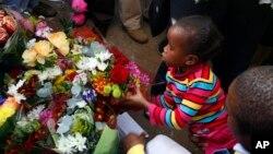 女童在曼德拉入住的醫院外獻上鮮花