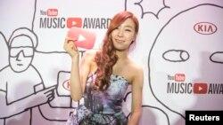 지난 3일 미국 뉴욕에서 열린 유튜브 뮤직어워드 시상식에서 한국 걸그룹 소녀시대의 티파니가 포즈를 취하고 있다.