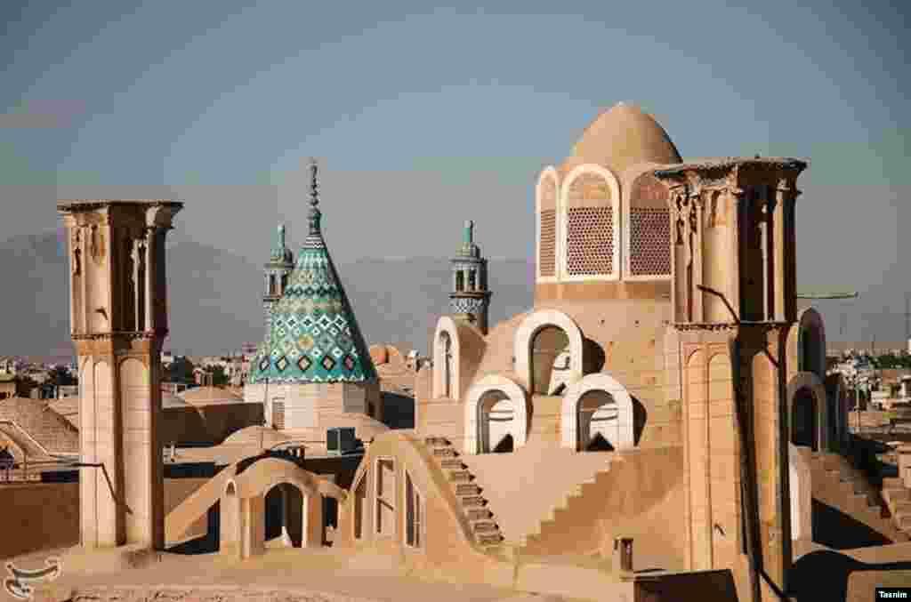 خانه بروجردی ها کاشان این خانه از نظر طرح و معماری، قدمت، تزئینات و نقاشی گچبری در زمره نفیس ترین آثار تاریخی ایران قرار دارد. عکس: احسان رسولی